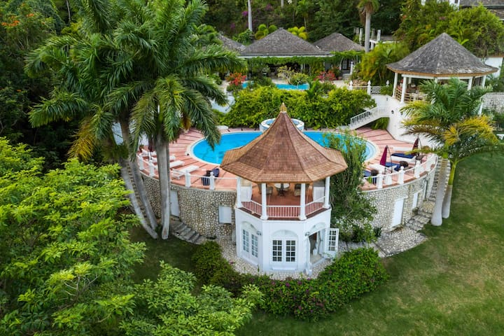 Bali Hai, Luxury Villa with Ocean Views +5 Staff