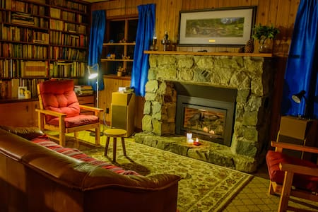 Vic's Place ~ Cozy Cabin at Johnson's Crossing, YT