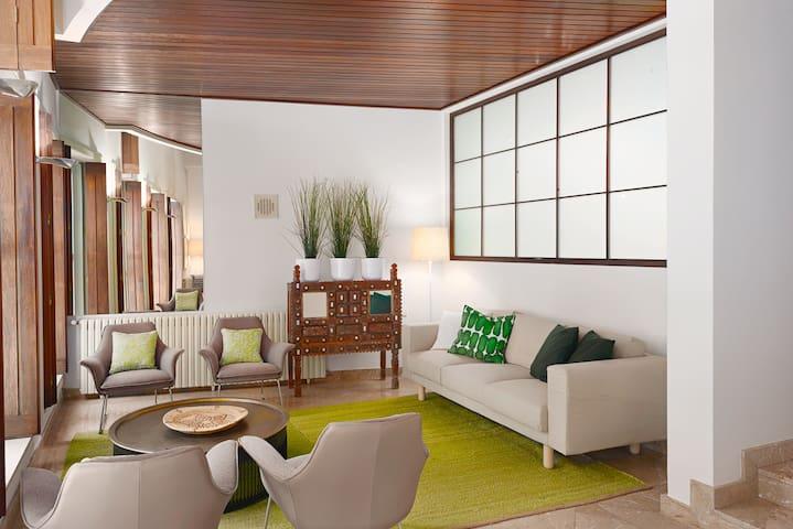 Sala de estar com acesso para o jardim