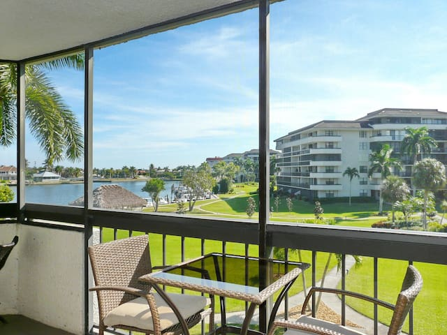 Stylish condo w/ heated pool, view of Clam Bay & walk to Tigertail Beach