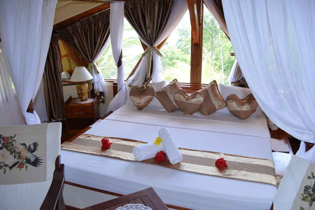 Bedroom | Honeymoon Suite