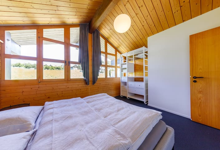 """""""Eine absolut perfekte Ferienwohnung inmitten der Schweizer Alpen. Die Wohnung ist in tadellosem und sehr sauberen Zustand, mit Liebe modern und hochwertig eingerichtet, und bietet rundherum ein Wohlfühlerlebnis."""""""