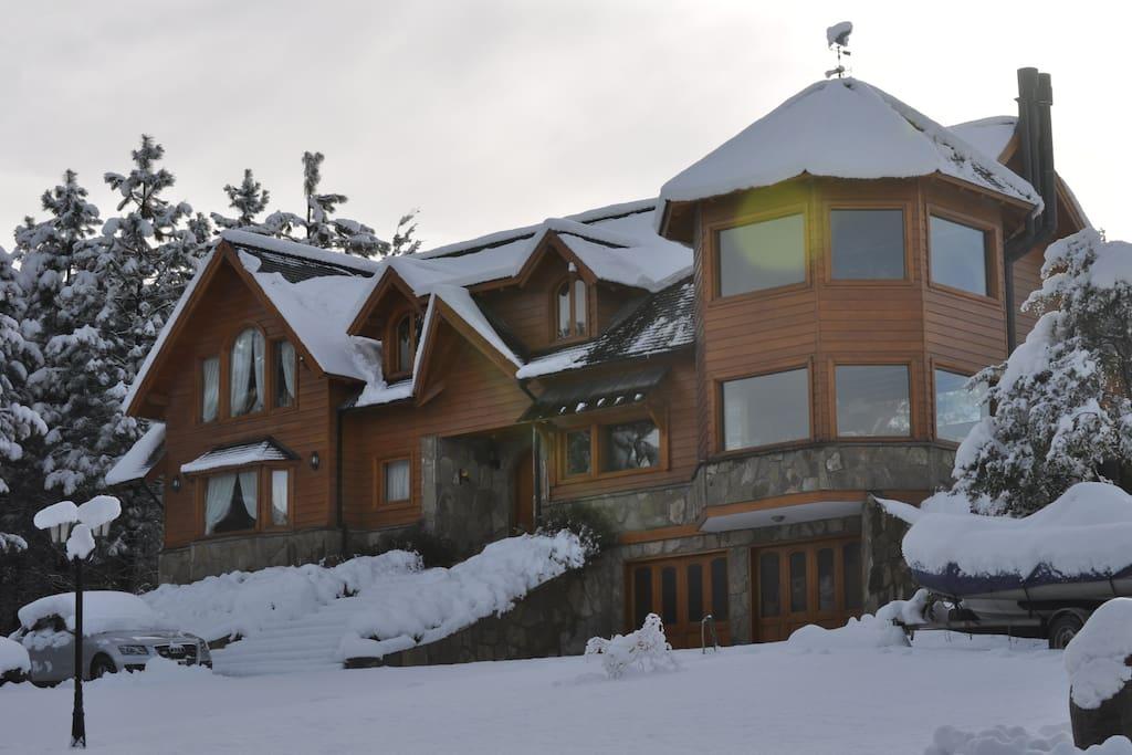 Fachada de la casa en invierno