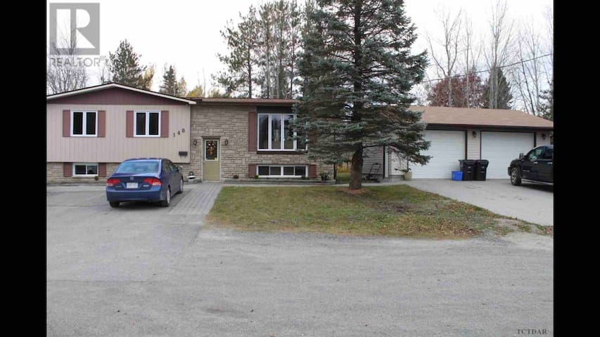 5 bedroom house perfect for sledders/heated garage