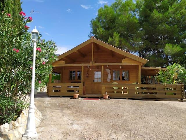 Preciosa Cabaña madera / Cancha de tenis / Warner