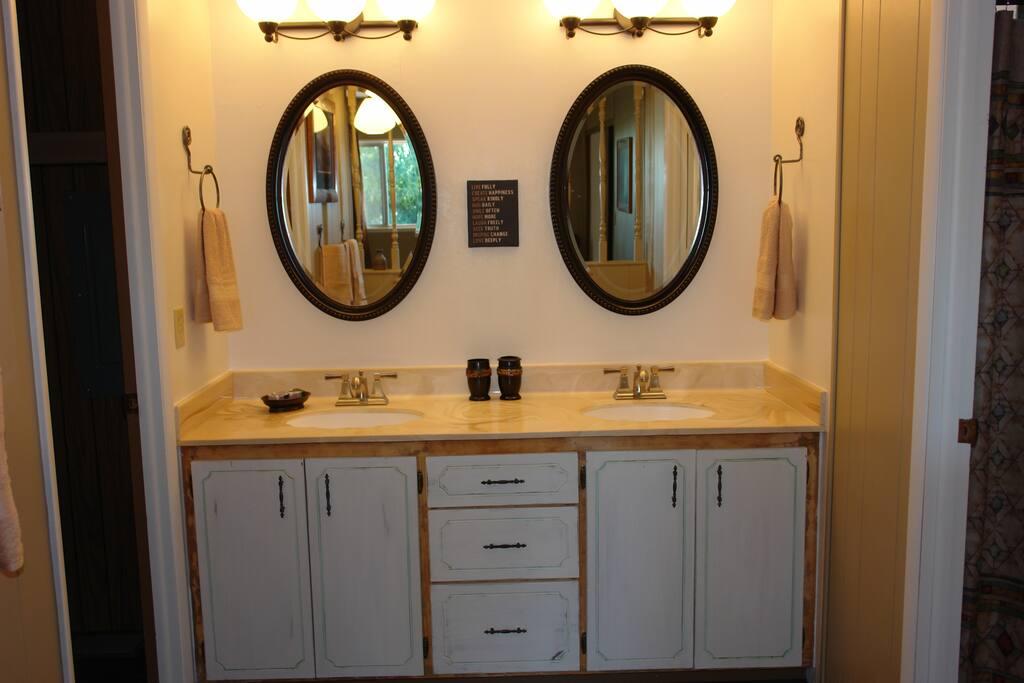 Masterbath with dual sinks