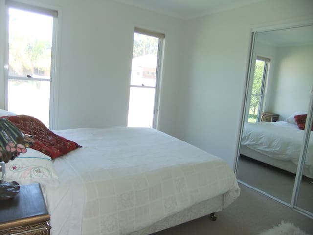 Modern bedroom & own A/C lounge near the beach. - Maroochydore - House