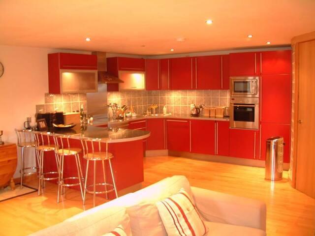 Large Apartment + Jacuzzi, Parking, Jewellery Qrtr