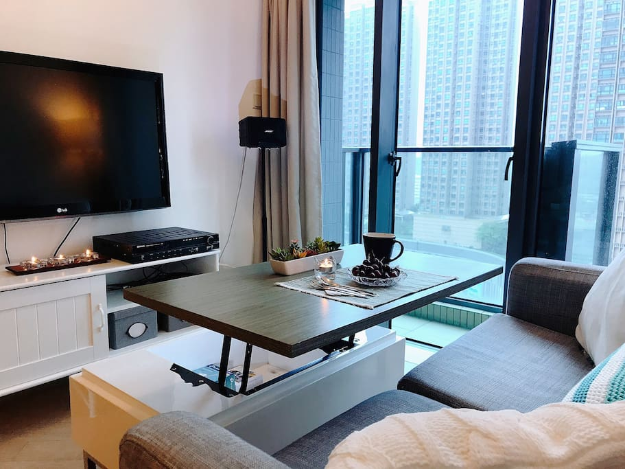 Folding coffee table enjoy meal n TV show at the same time! that's my favourite conner.  茶几一抬起來就是餐桌,看電視,吃東西兩不耽誤!