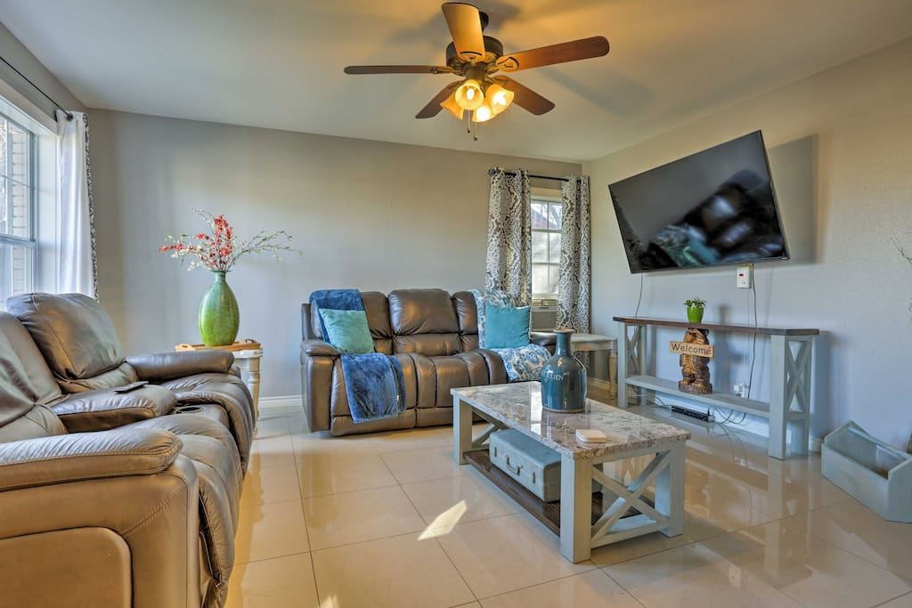 With 1,300 square feet of recently remodeled living space, this house invites 6 guests to experience the city in style!