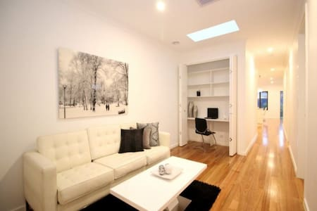 Stylish living -One Bedroom(double) - Altona North - 連棟房屋