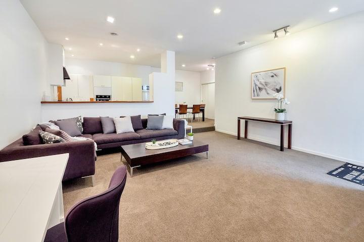 Spacious 2 Bedroom Newmarket Apartment w/ Carpark