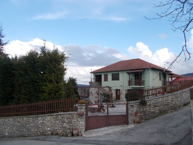 Traditional House in the country - Polilofo - Rumah