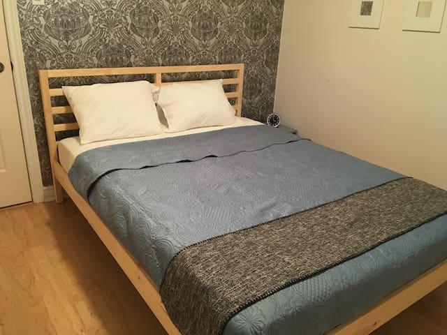 Chambre 2 avec un lit queen