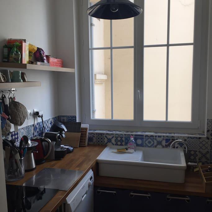 Cuisine équipée lave vaisselle, micro-ondes, four, réfrigérateur, machine à café, bouilloire, plaques électriques, presse agrumes