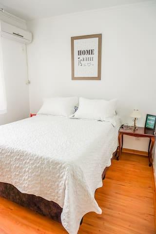 Cama super macia, com dois colchões. Condicionador de ar (split) no quarto, para aqueles dias de verão.