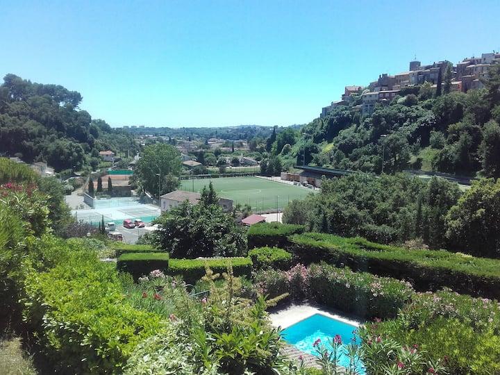 Biot: cadre verdoyant maison avec vue et piscine