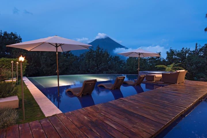 Magnificent views, jaccuzzi, pool,
