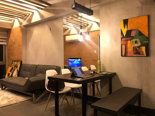 Top floor 1BR BGC city view w 50mbps WiFi, Parking
