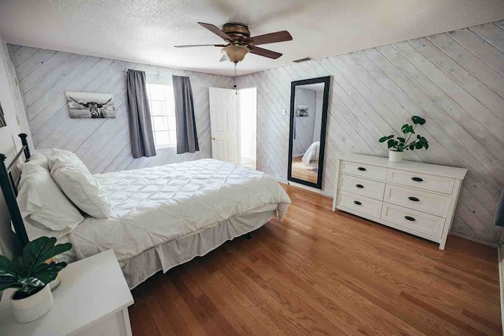 Bedroom 4 - Queen with private bathroom