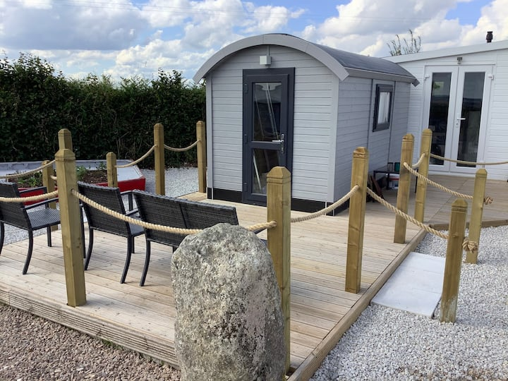 Cosy Shepherd's Hut with private facilities