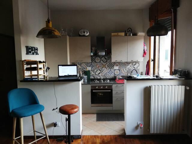 Cucina con banconi e sgabelli bar