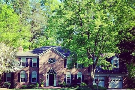 Beautiful large home has private basement bedroom. - Fairfax Station - Appartamento