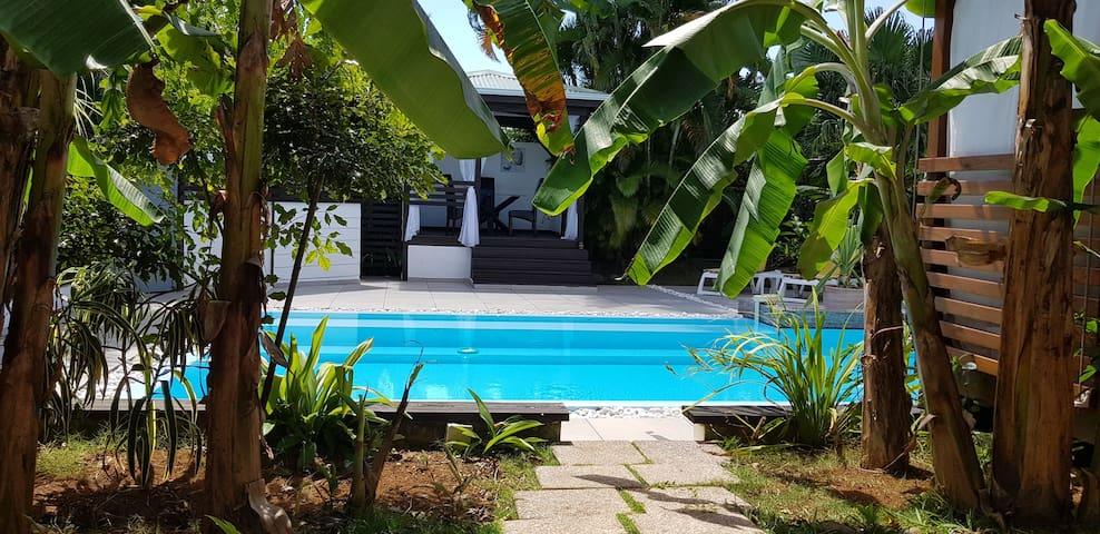 Vue imprenable de la piscine de votre terrasse privée.
