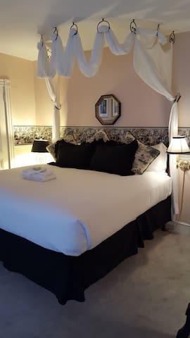 Victorian room for 2 awaits you (B&B)