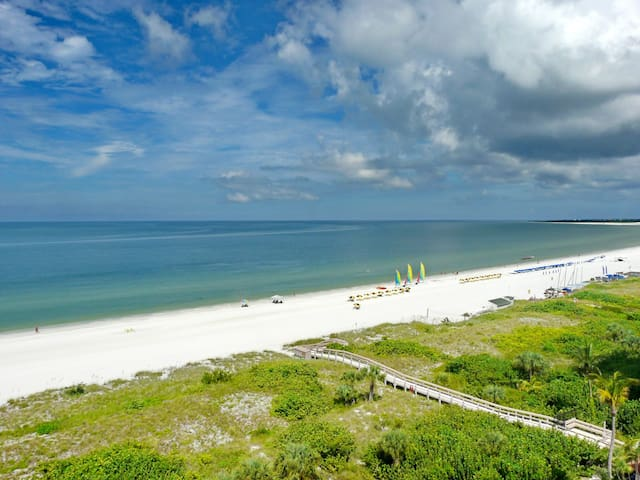 Sunny beachfront condo w/ heated pool, hot tub & tennis courts