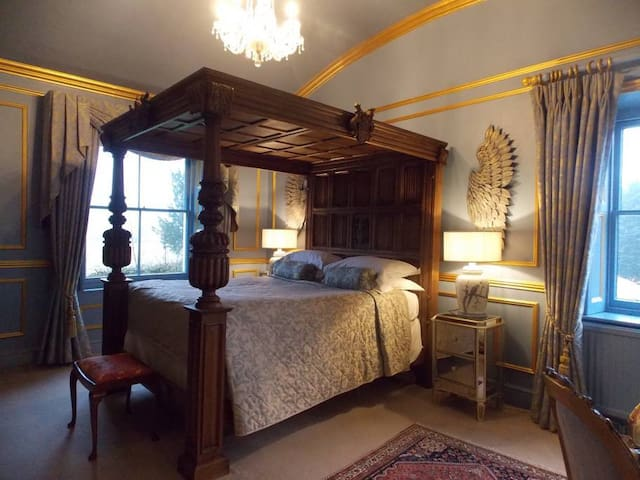 Four Poster Bed @ Rectory Manor