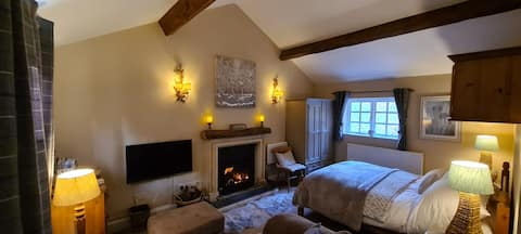 Rural yet fantastically situated, cosy log fire !