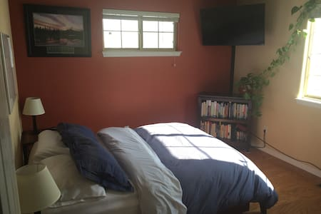 Comfy, Private Bedroom/Bathroom in a  Great Area!