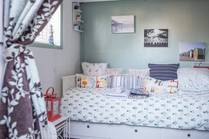 Cosy studio right by Hove seafront!