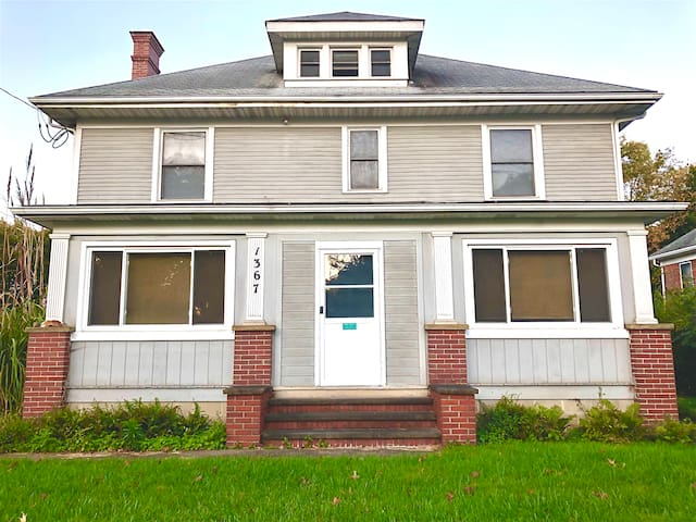 Spacious 1BR Apt in a Wooster century home