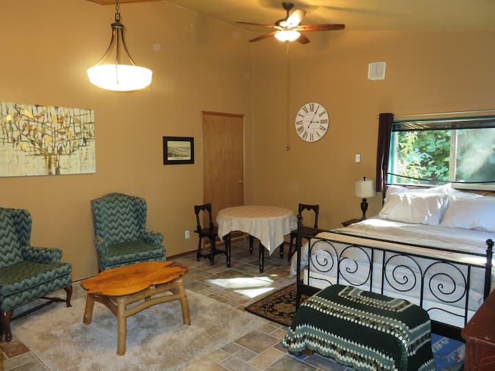 Charlotte's Annex: comfy private studio near town