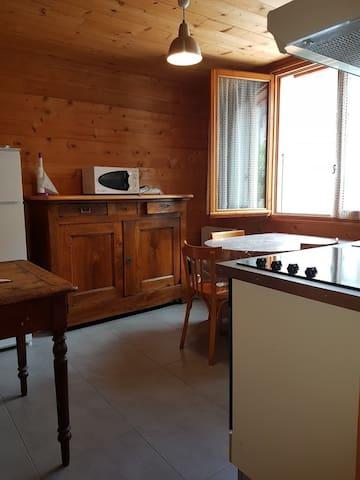 Studio dans maison rez de jardin ANNECY Proche Lac