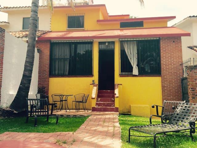 Casa en el fraccionamiento de Burgo - Temixco - Дом