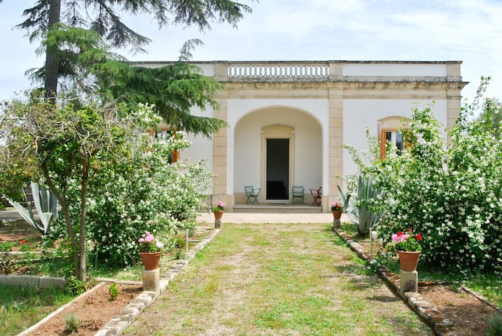 VillaColuccia FarmHoliday is a 1940s country house - Martano - Bed & Breakfast