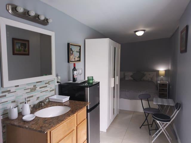 Room estudio con baño y entrada independiente desde la piscina.