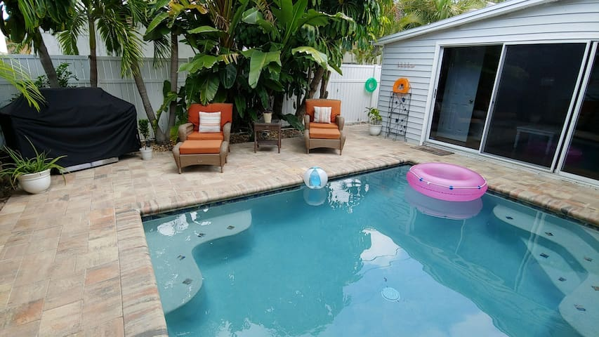 COZY CHEERY ST PETE BEACH- POOL, PRIVACY & BEACH!