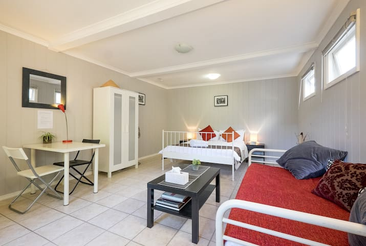 Inner city. Pool. Large, bright s/contained room. - Woolloongabba - Casa