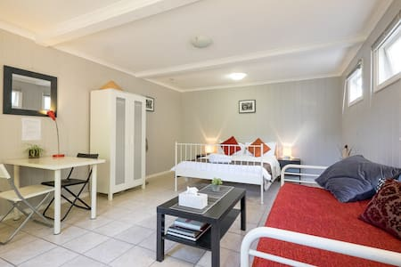 Inner city. Pool. Large, bright s/contained room. - Woolloongabba