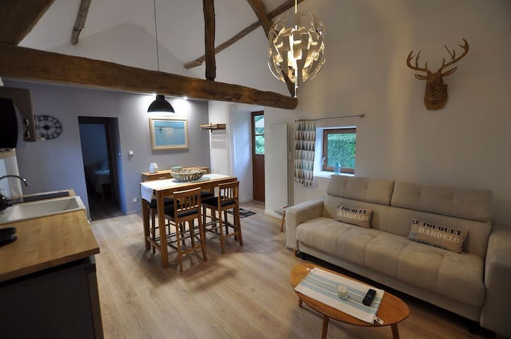 """Chambre d'hôte """" Le cottage de la bergerie"""".   L'appartement-maison d'hôte est situé à Inxent, village pittoresque de la vallée de la Course, à 10 mn de Montreuil sur mer. Il se trouve dans une grange entièrement rénovée , dépendance de notre fermette du"""