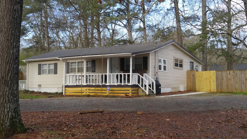 Mid Lake new renovated cottage 1 mile from lake