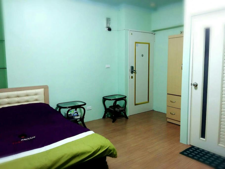 提供室內拖鞋、衣櫃、衣架、衛浴備品。