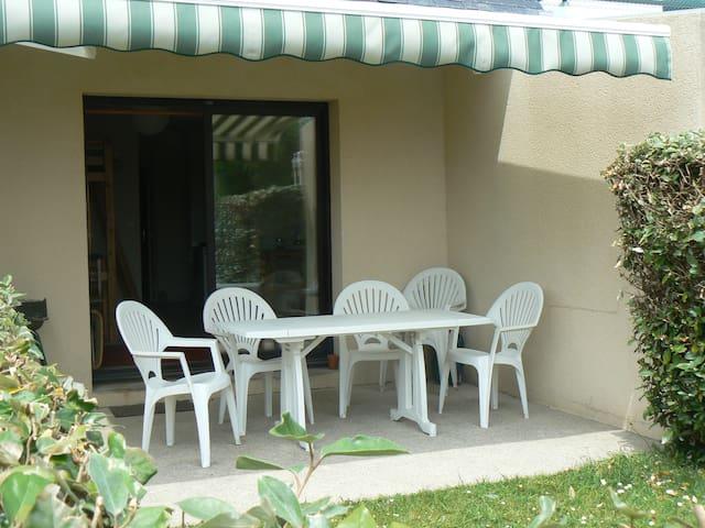 Terrasse et son salon de jardin