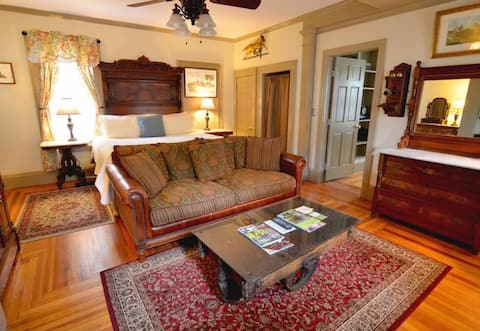 Cozy Luxury Guest Suite Steps to Track & Downtown