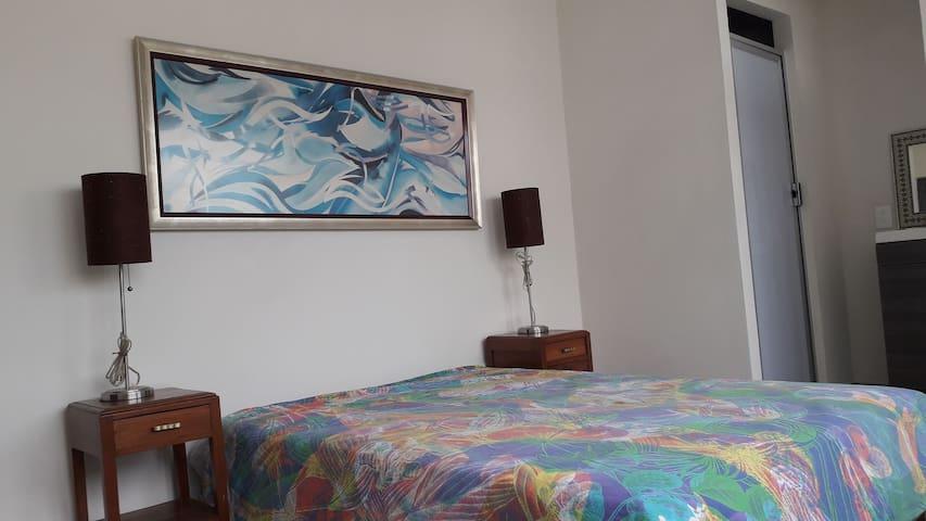 Amplia habitación con acceso y baño privado