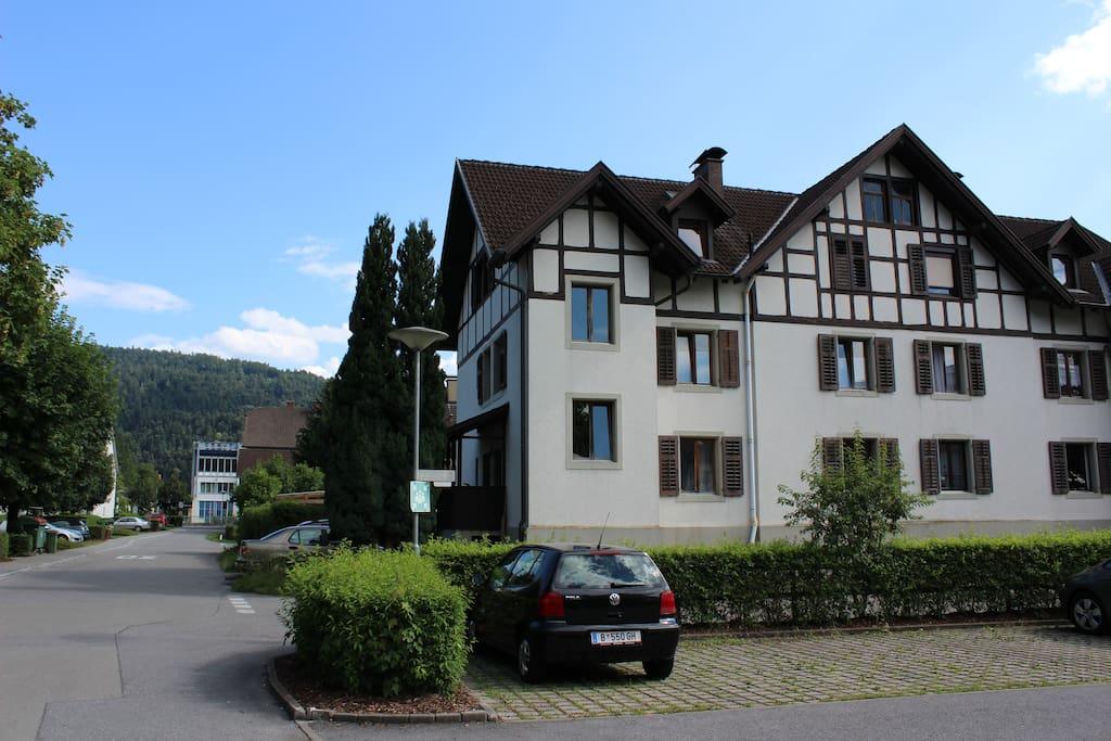 in ruhiger Wohngegend, direkt an der Bregenzerach